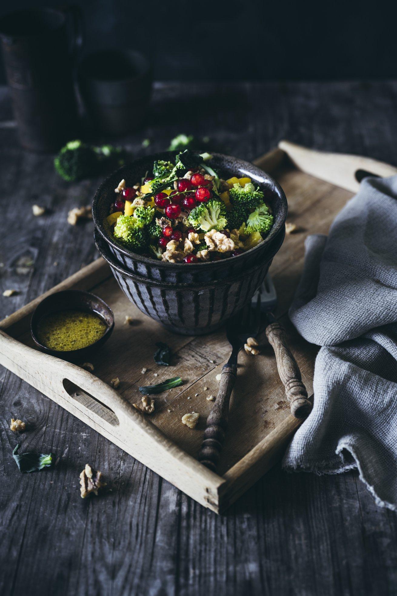 Sommer Salat mit Brokkoli, Mango und Walnüssen
