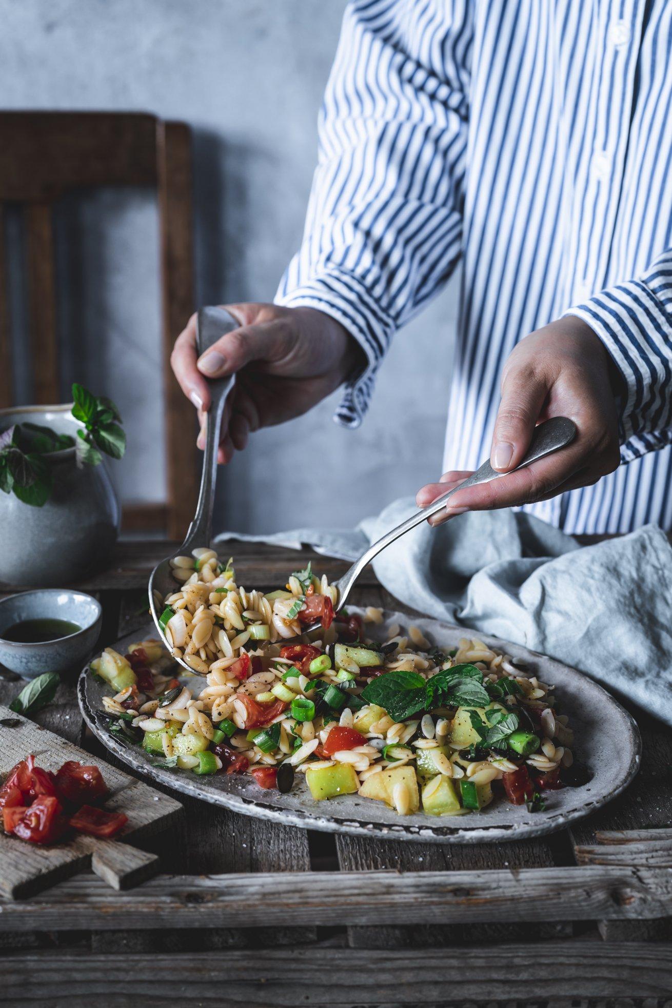 Orzo Salat mit Melone, Tomaten und Minze