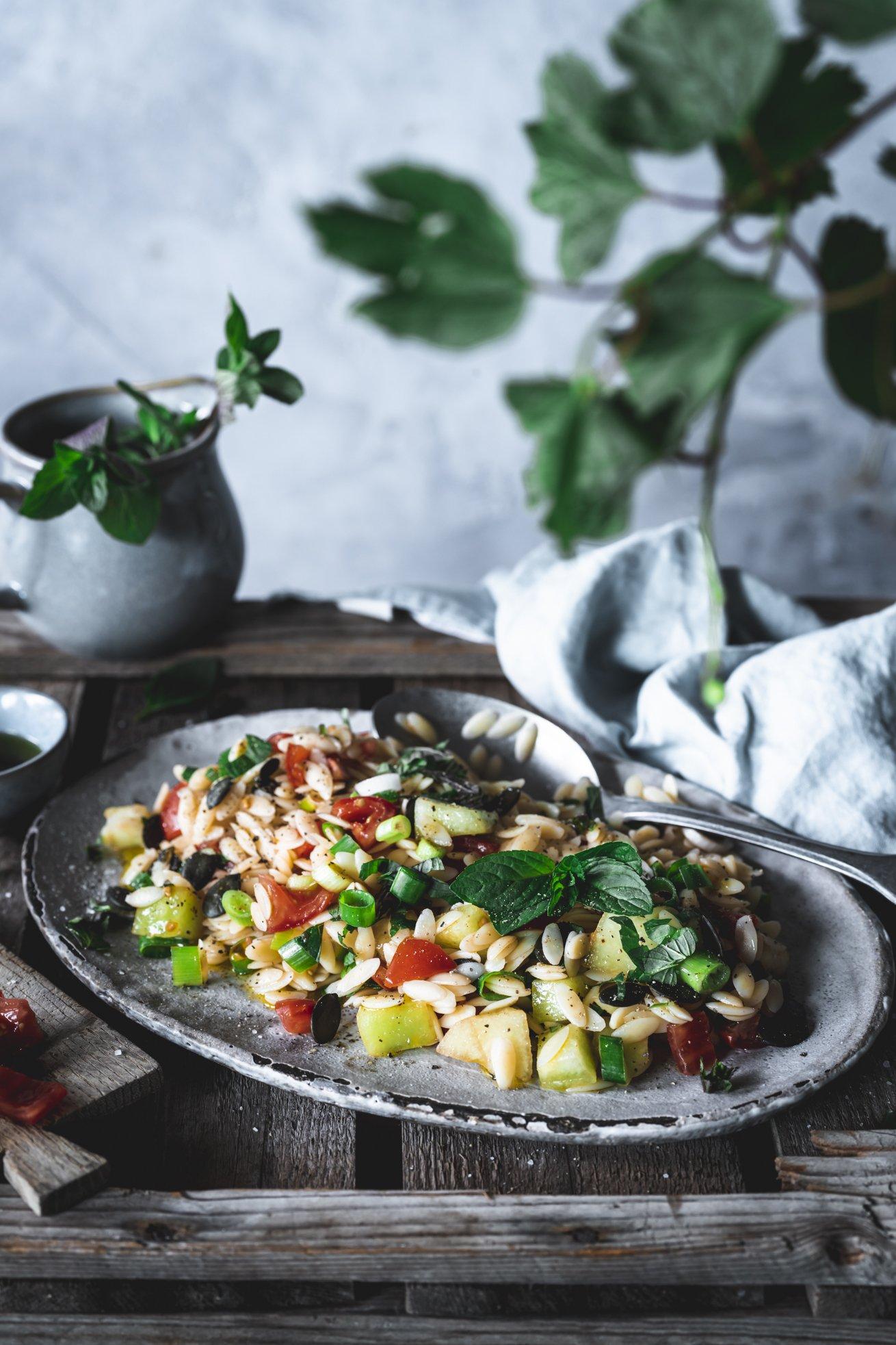 Sommerlicher Orzo Salat mit Melone und Minze