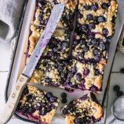 Einfaches Rezept für einen fluffigen Butterkuchen mit Blaubeeren und Pinienkernen