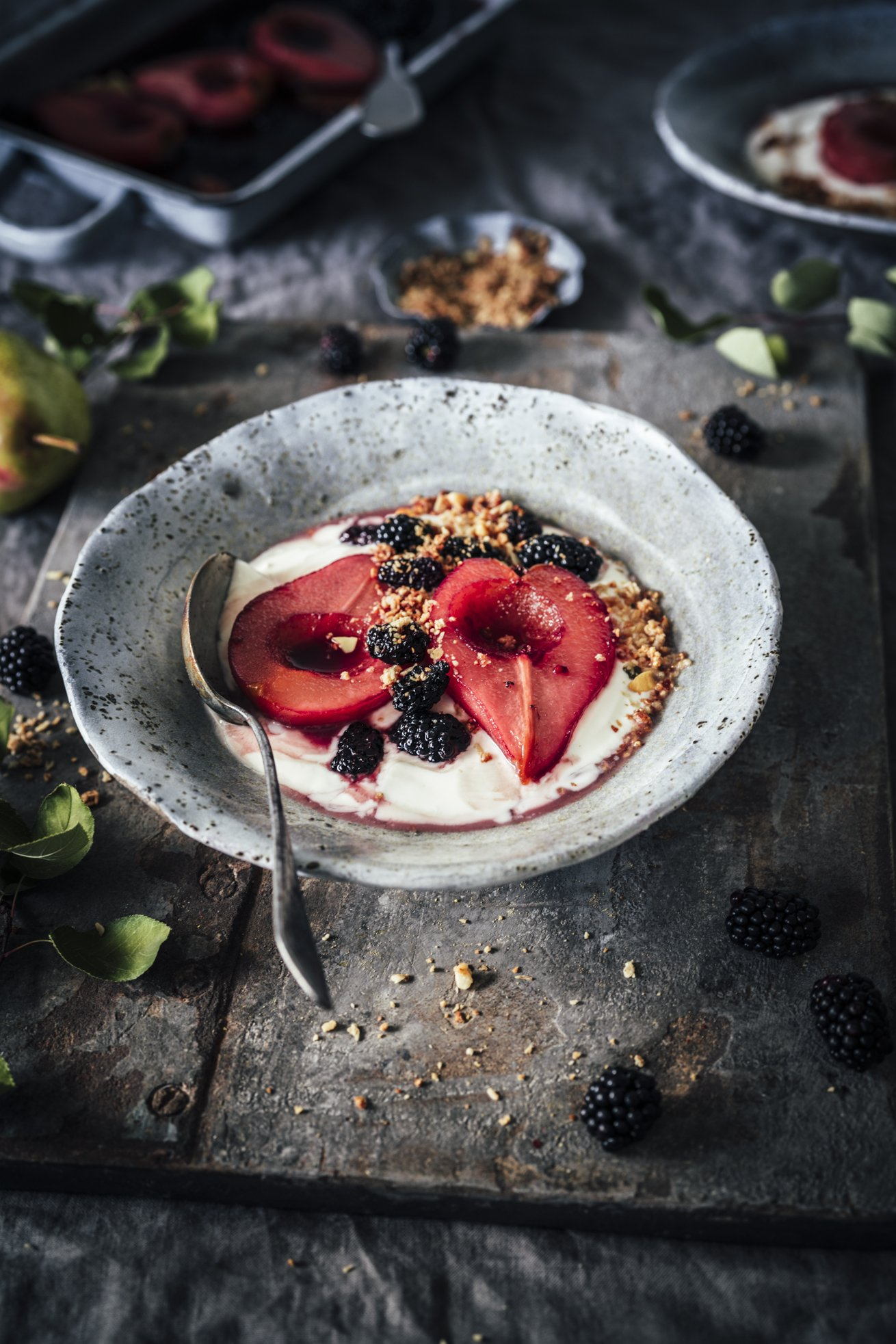 Frühstück mit Joghurt und pochierten Birnen