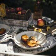 Gegrillte Pfirsiche mit Honig, Eis und Crunch