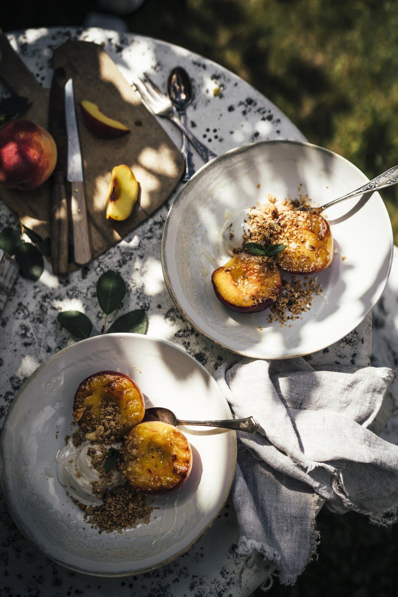Einfaches Rezept für gegrillte Pfirsiche und Honig Eis