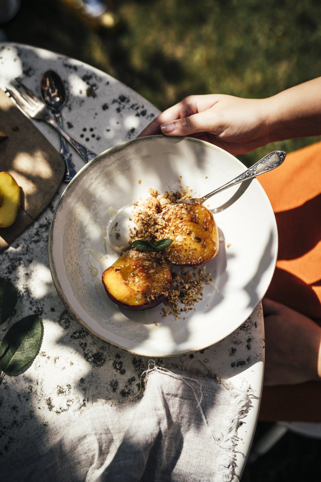 Pfirsiche vom Grill mit Honig Eis und Granola