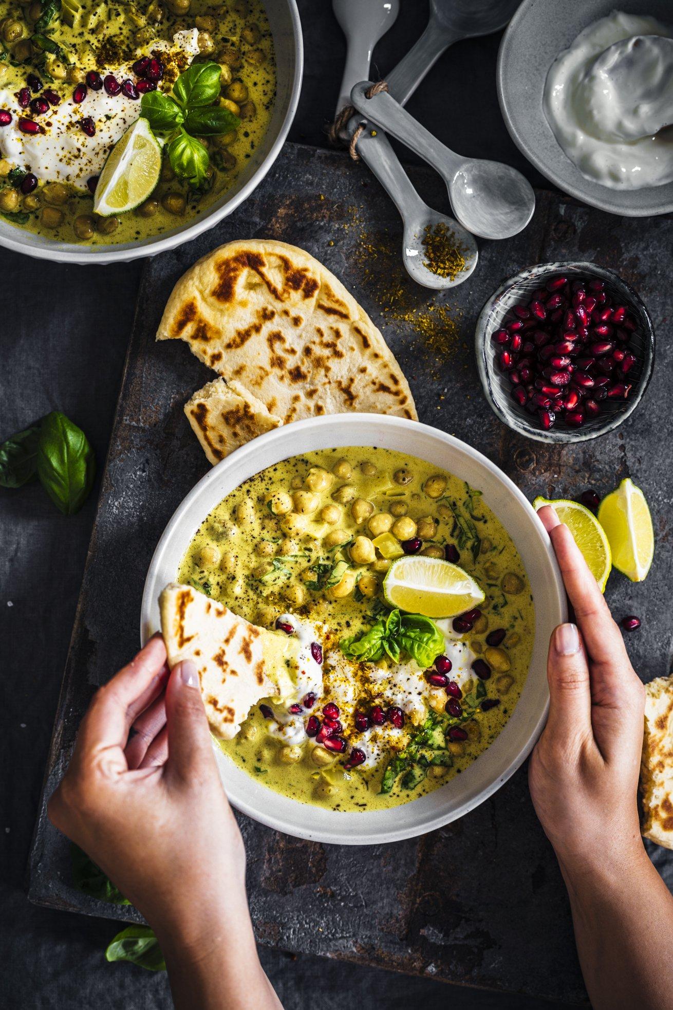 Herrlich cremiges Kichererbsen Curry mit Basilikum und Kokosmilch