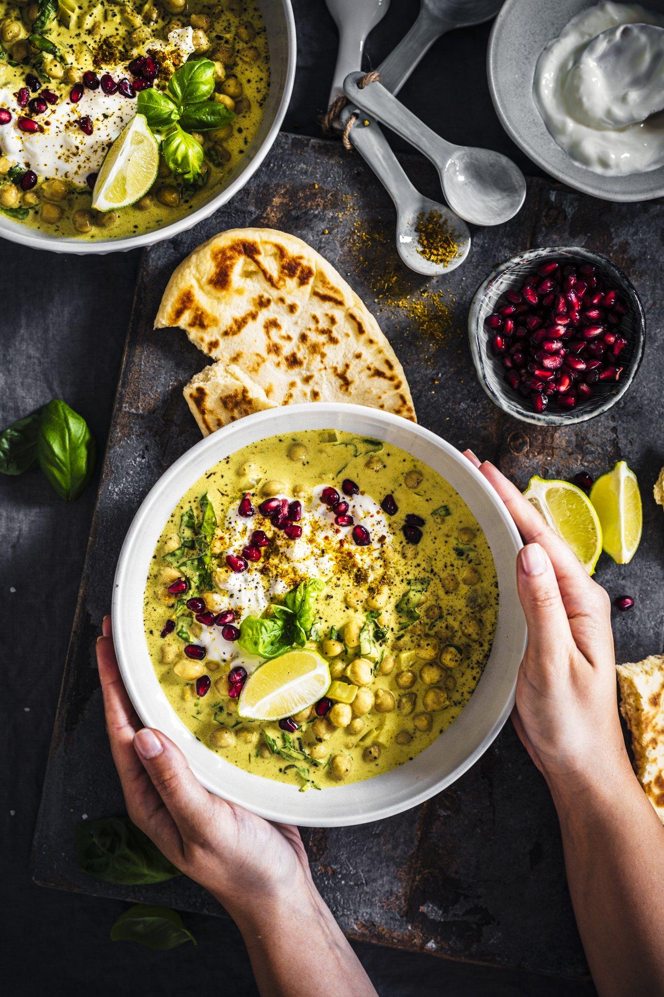Sommerlich leichtes Kichererbsen Curry mit ganz viel Basilikum