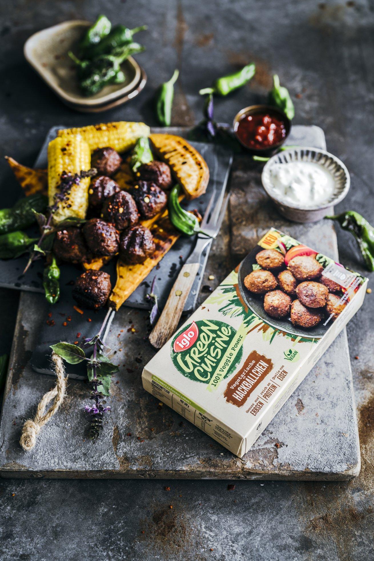 Vegane Barbecue Hackbällchen mit Mais, Süßkartoffeln und Peperoni