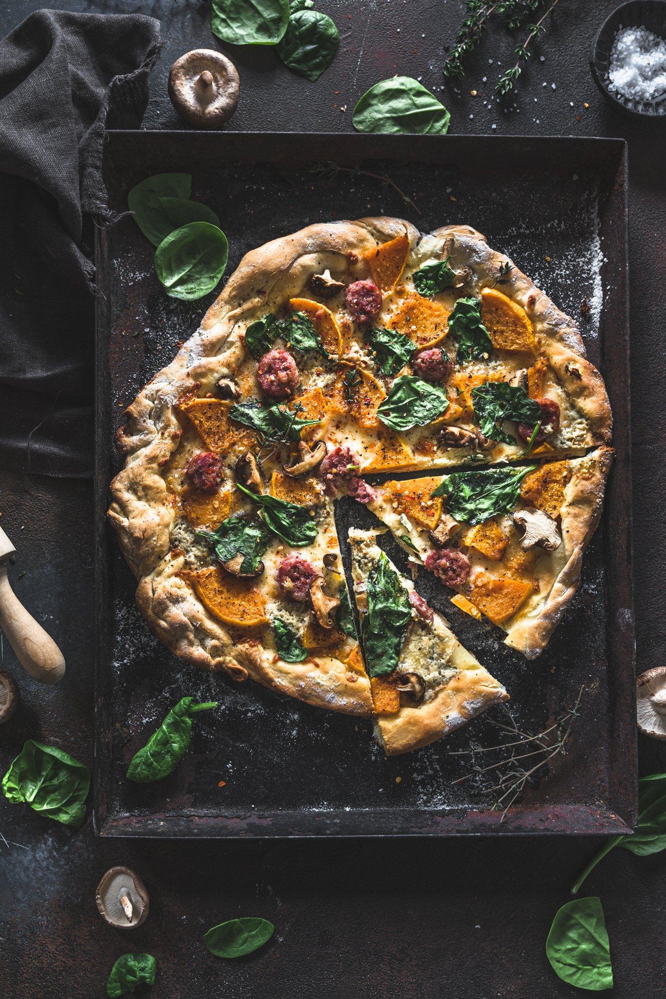Extra knuspriger Pizzateig - mit Butternut, Stilton und Salsiccia