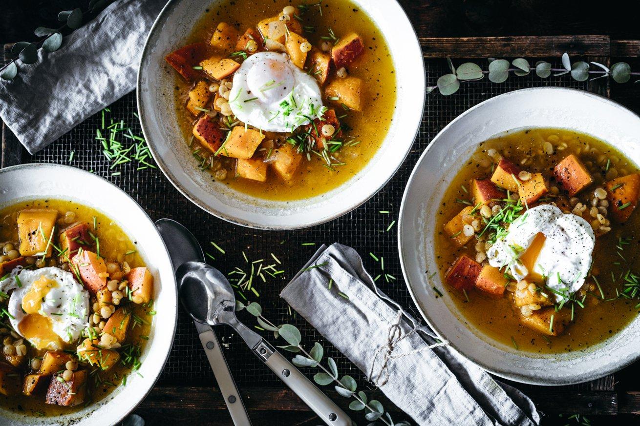 Ideal im Herbst: Kürbissuppe aus Hokkaido Kürbis und pochiertem Ei