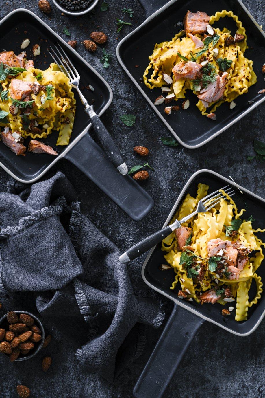 Safran Nudeln mit Lachs und Nuzz Oriental Mandeln