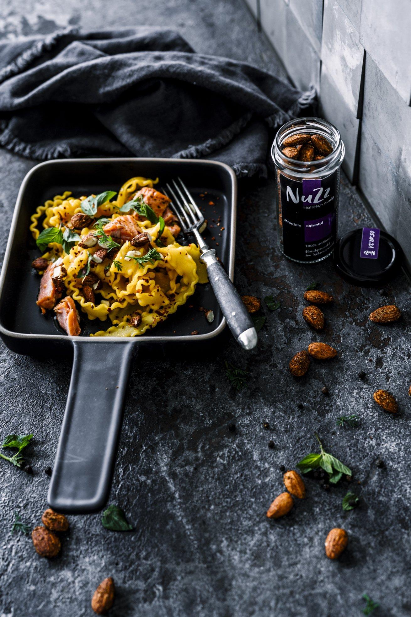 Tolles Nudel Gericht mit Safran, Lachs und Gewürzmandeln