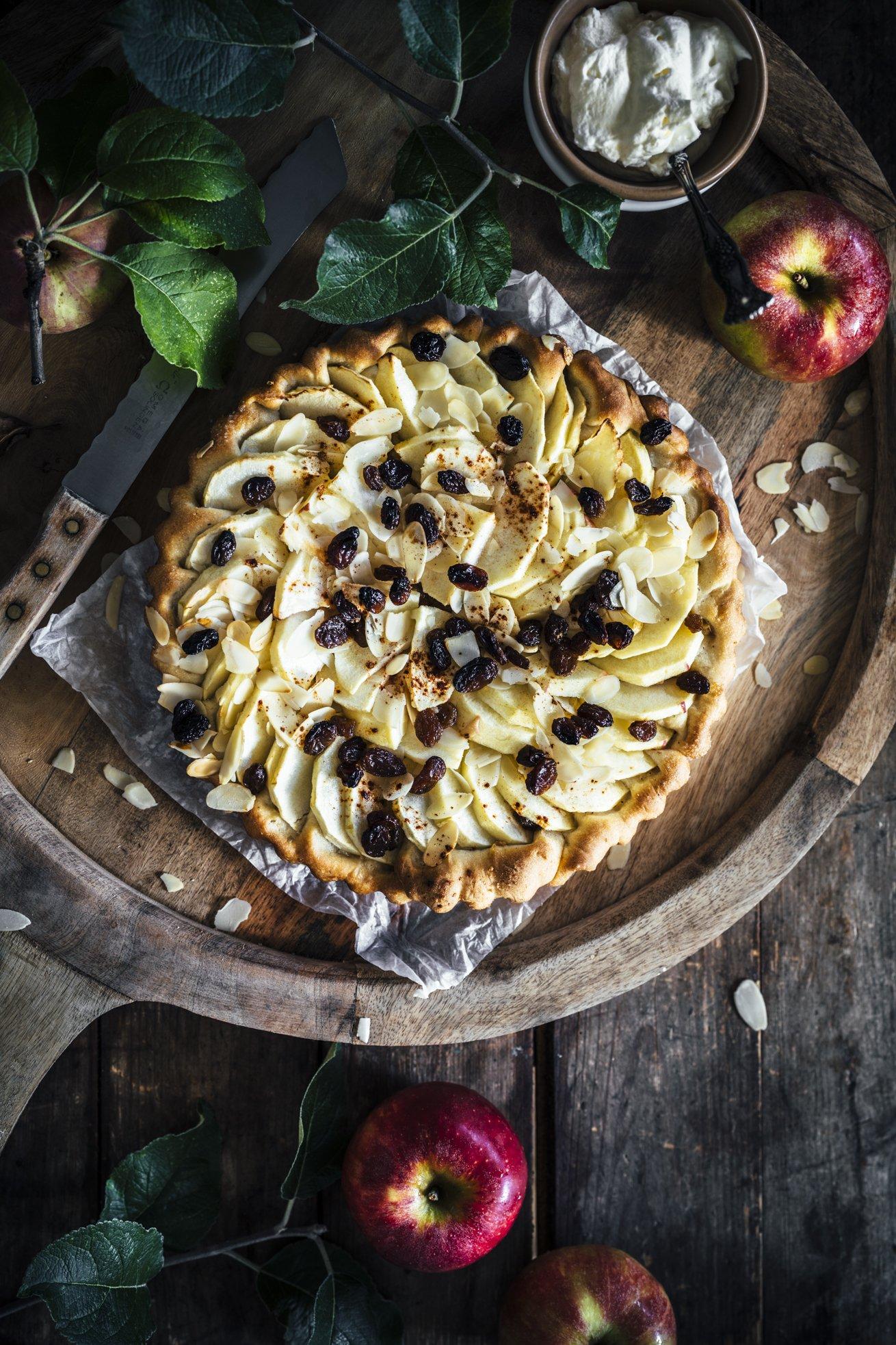 Traditioneller Apfelkuchen mit Hefeteig und Rosinen