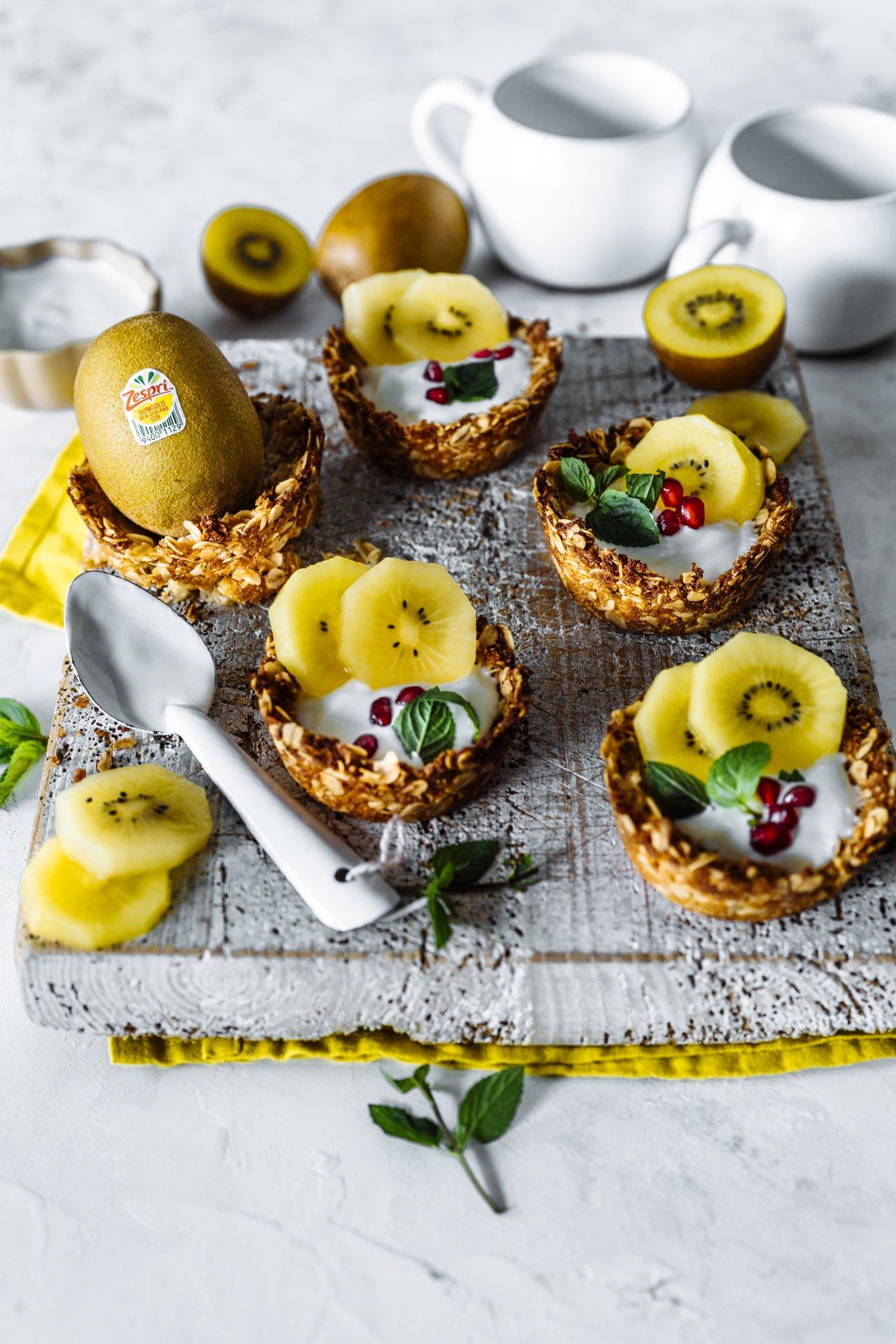 Granola Cups ohne Zucker mit Joghurt und Kiwi