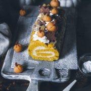 Herbstliche Biskuitrolle mit Kürbis und Hüttenkäse