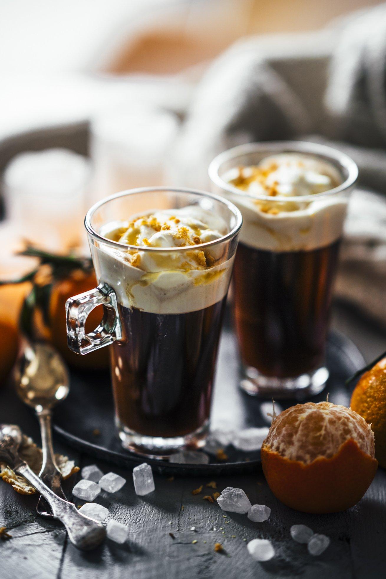 Kaffee mit Mandarinensirup und Sahnehäubchen