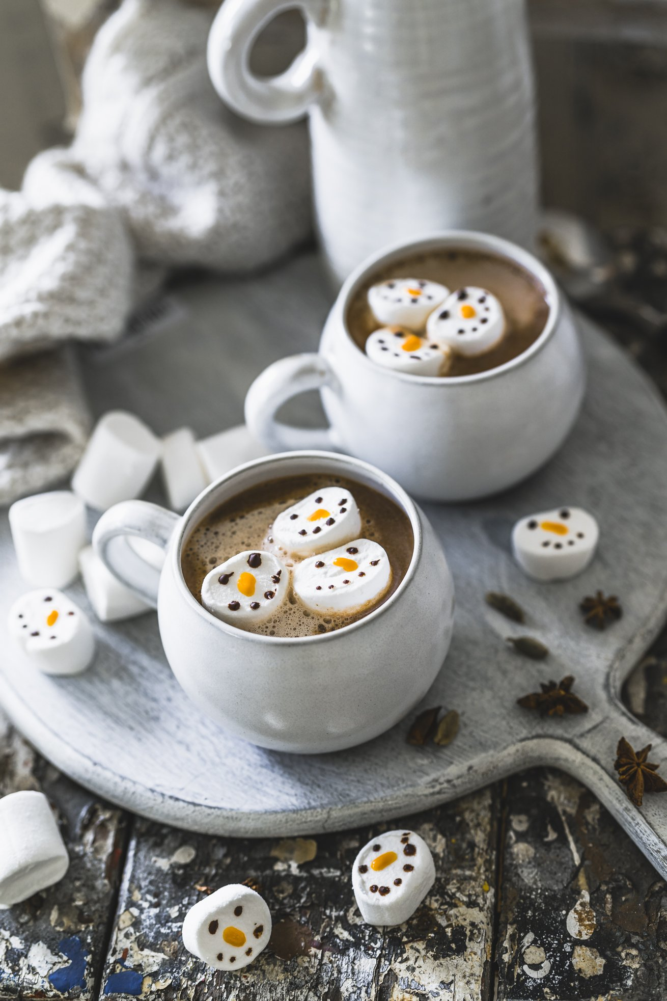 Chai Latte mit Marshmallow Schneemännern