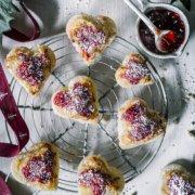 Spaghetti-Eis Plätzchen mit Marzipan und Erdbeer Marmelade