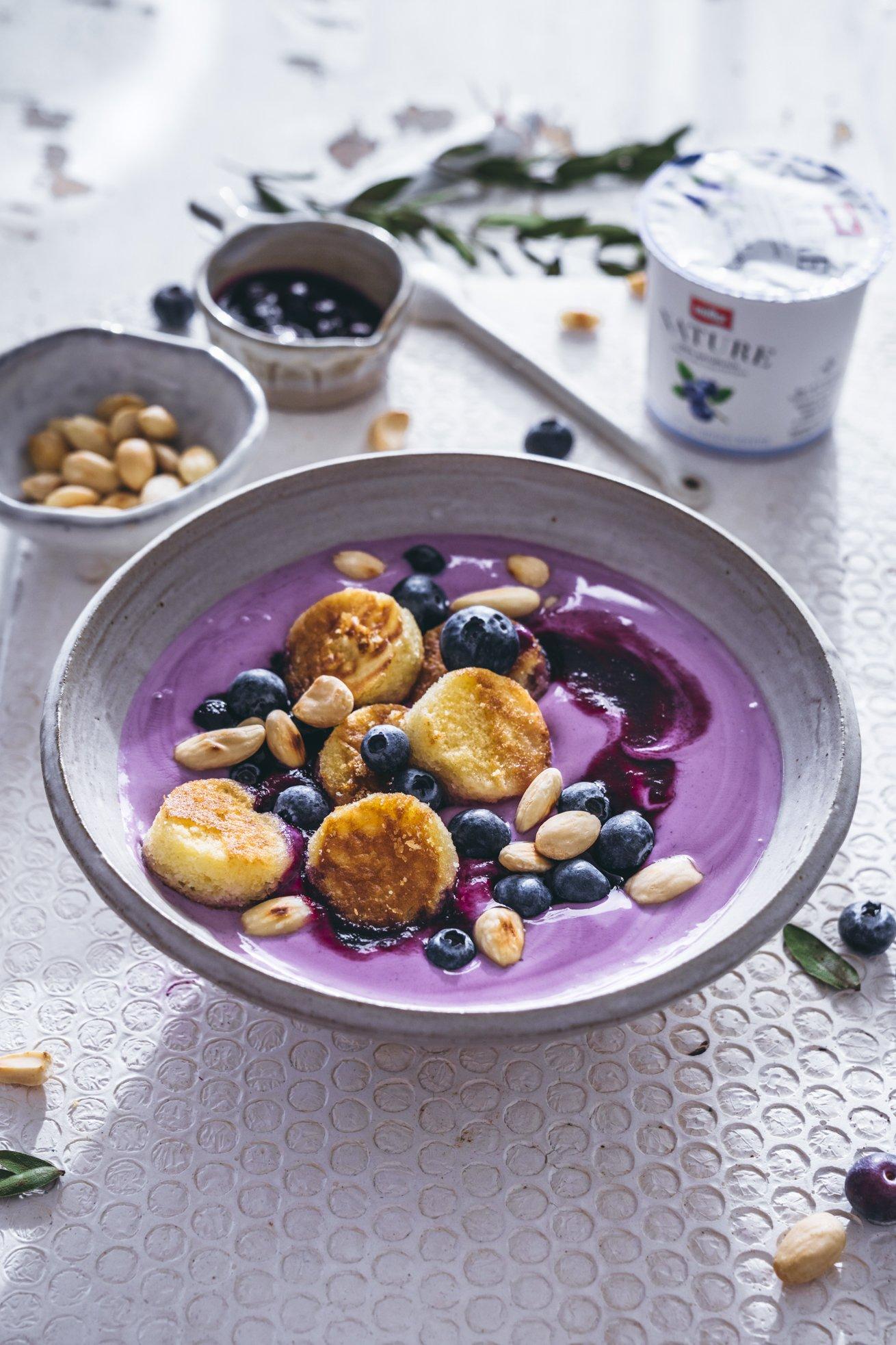 Joghurt Bowl mit Mandel Pancakes
