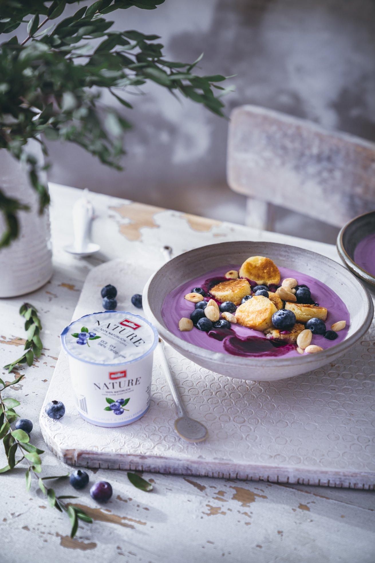 Heidelbeer Joghurt Bowl mit Mandel Pancakes