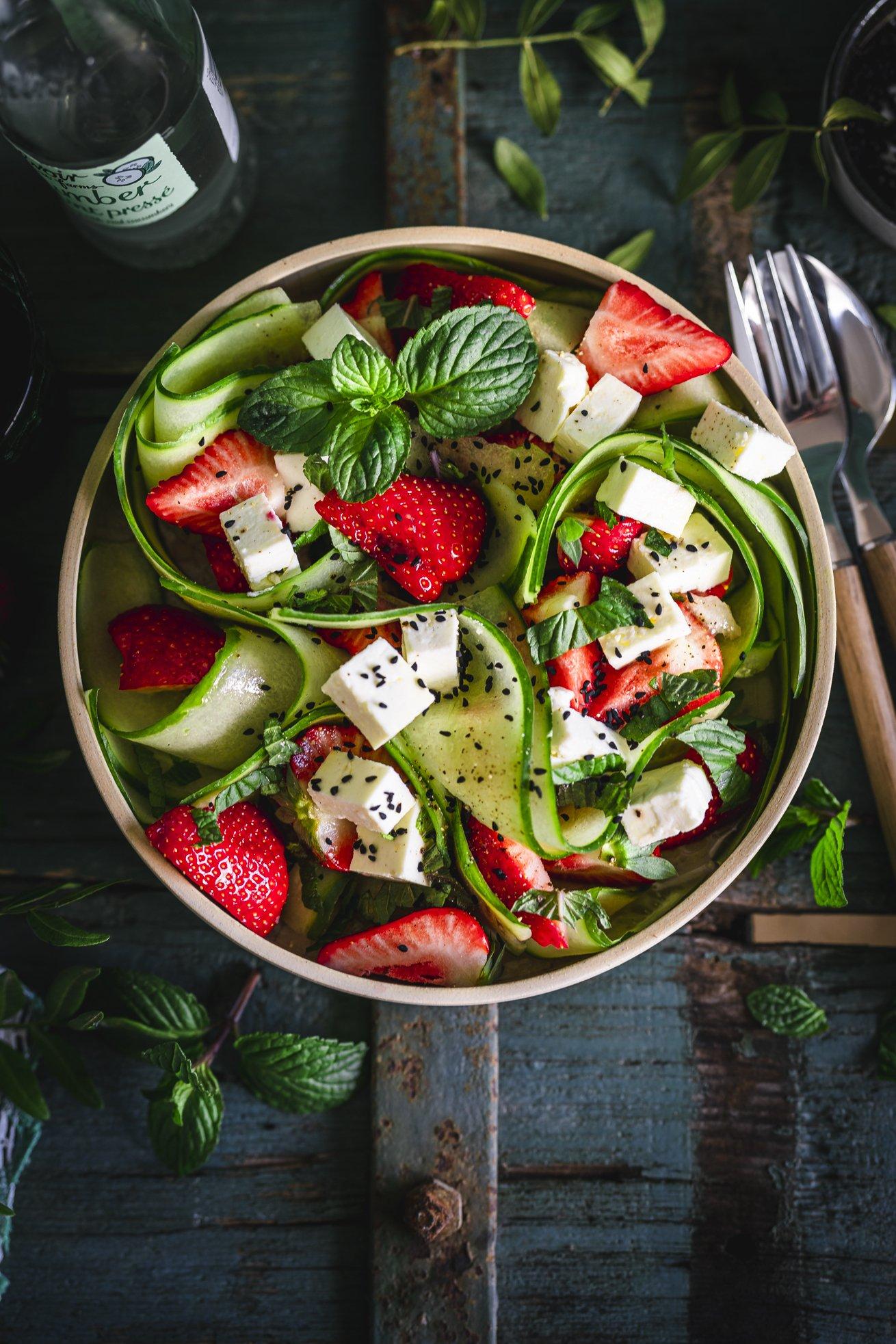 Frischer Gurken Salat mit Erdbeeren