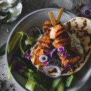 Tandoori Grillspieße mit Raita und Naan Brot