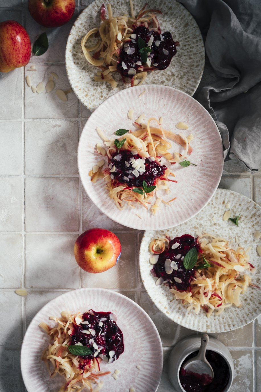 Gesunder Snack Apfel Spaghetti mit Beeren