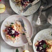 Perfekt gesunder Snack Apfel mit Beerensauce und Mandeln