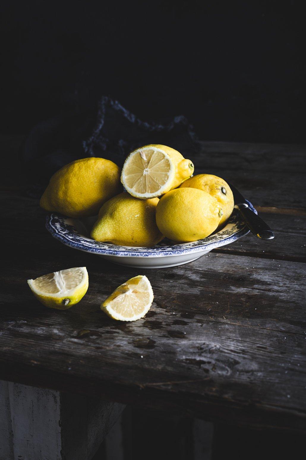 Teller mit Zitronen