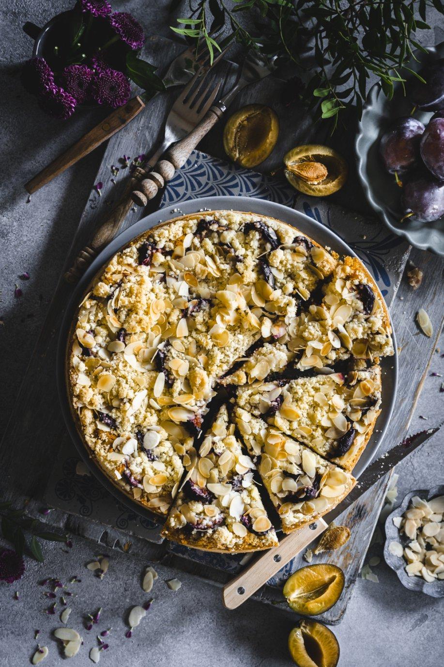 Zwetschgenkuchen mit Marzipan und Amarettini