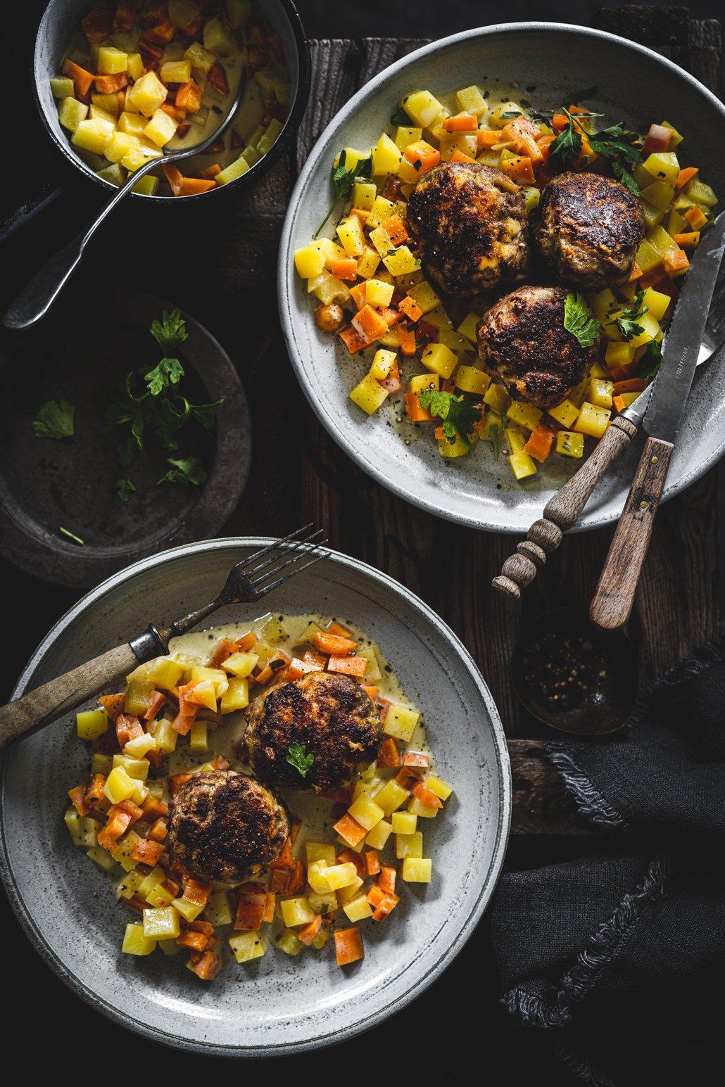 Fleischküchle mit Karotten und Kartoffeln