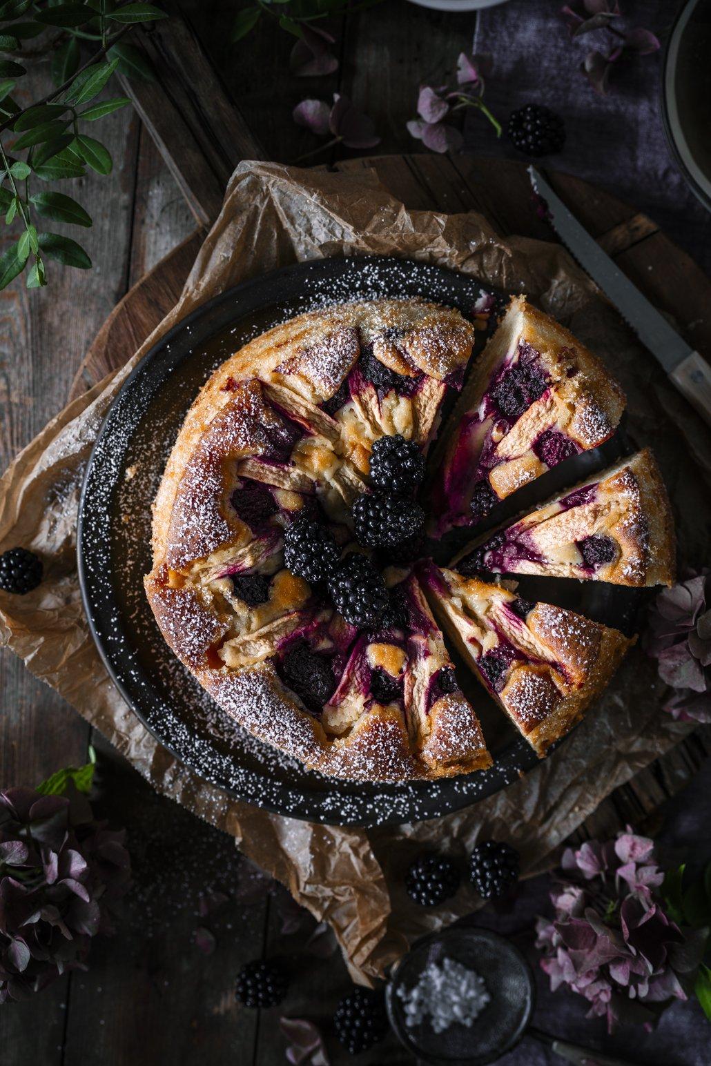 Schneller Rührkuchen mit Äpfeln und Brombeeren
