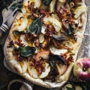 Selbstgemachte Pizza mit Apfel, Bacon und Cheddar