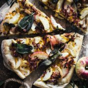 Herbstliche selbstgemachte Pizza