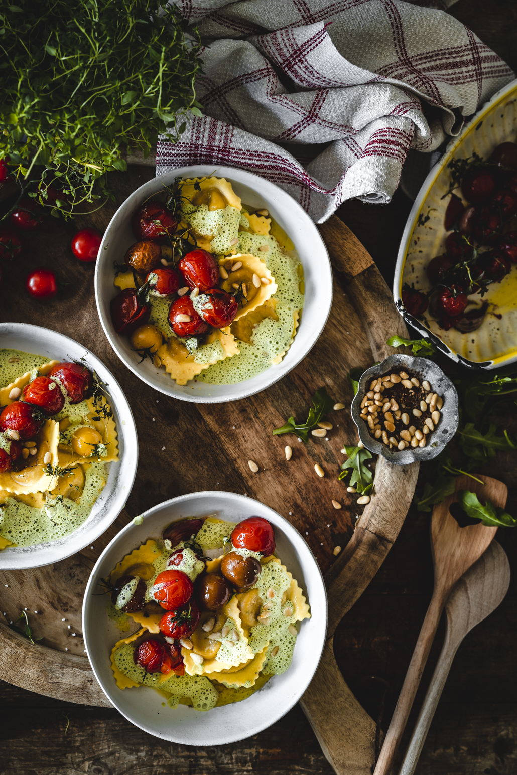 Pasta mit Rucola Schaum und Tomaten
